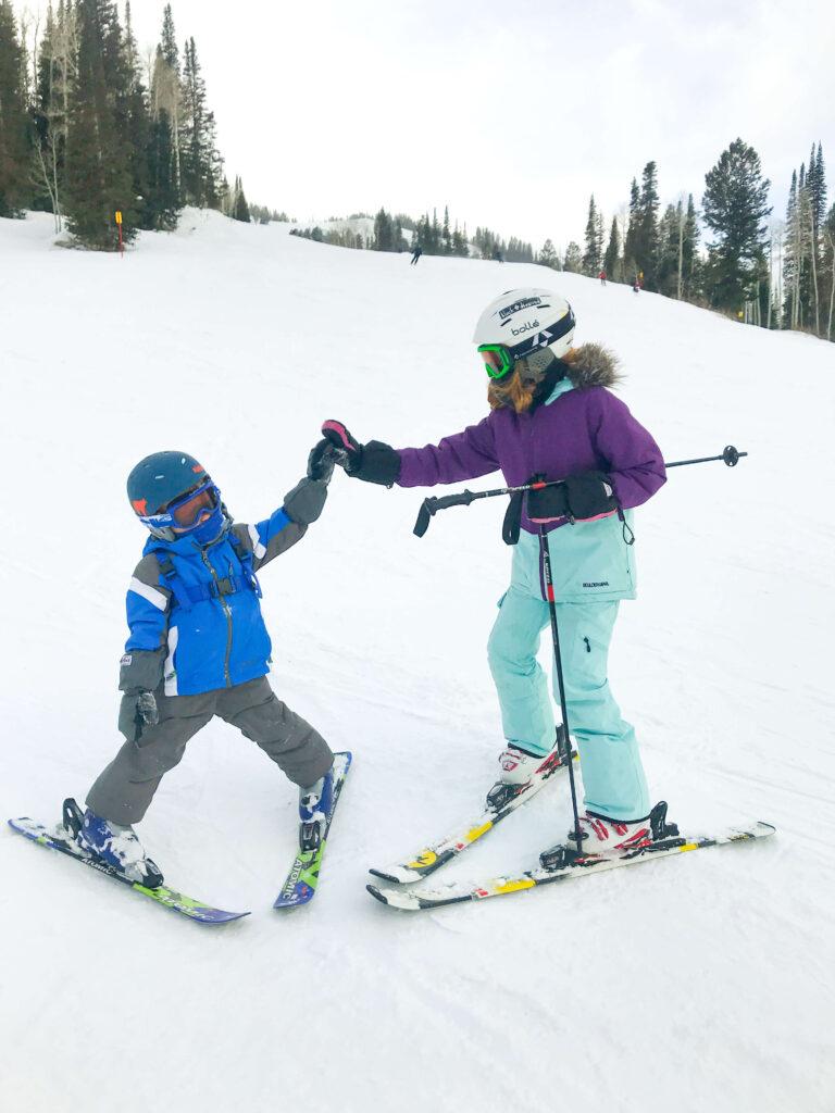 kids skiing together