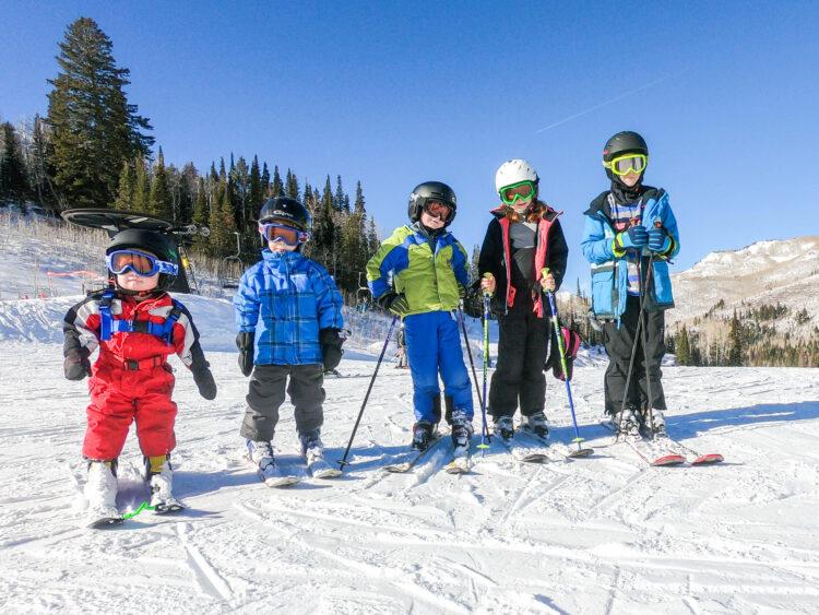 big family of kids skiing