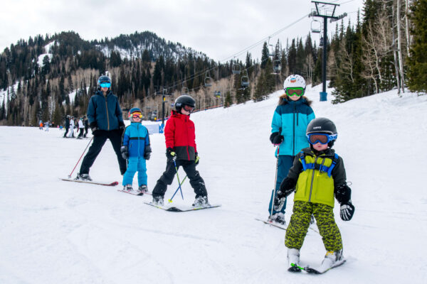ski family with kids